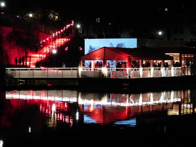 Party auf angelegtem Boot (Sommerfest-Ideen)
