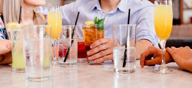 Cocktails mixen (Sommerfest-Ideen)