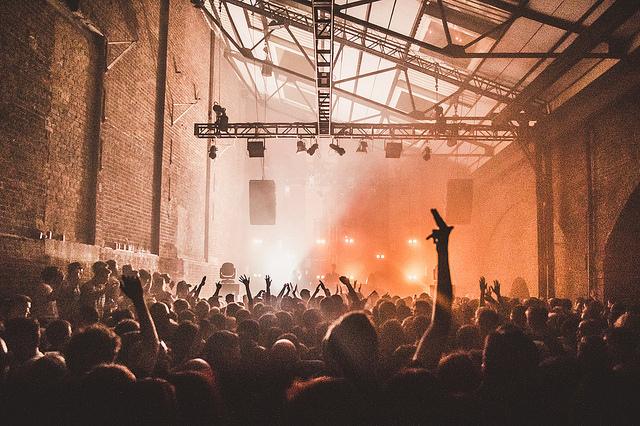 Party in altem Industriegebäude (Sommerfest-Ideen)