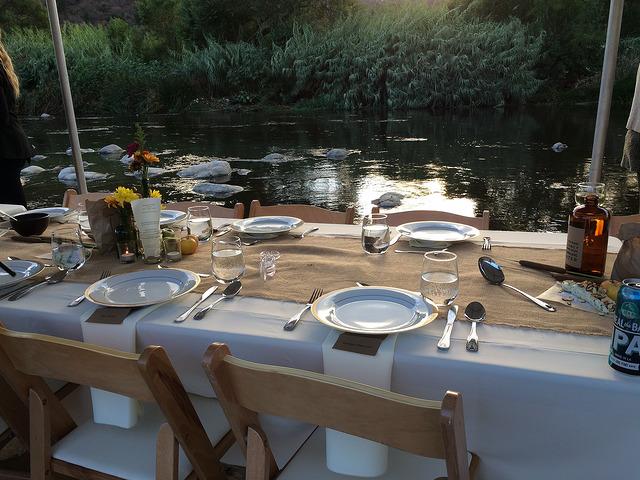 Gedeckter Tisch am Teich (Sommerfest-Ideen)
